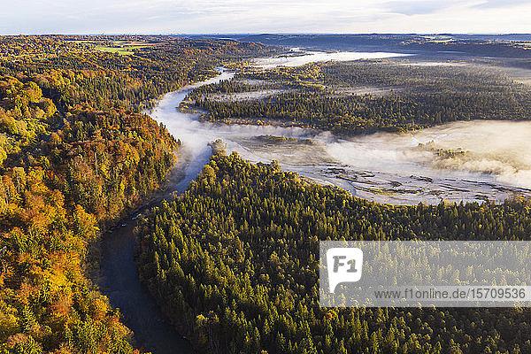 Deutschland  Bayern  Wolfratshausen  Luftaufnahme des Morgennebels um die Loisach