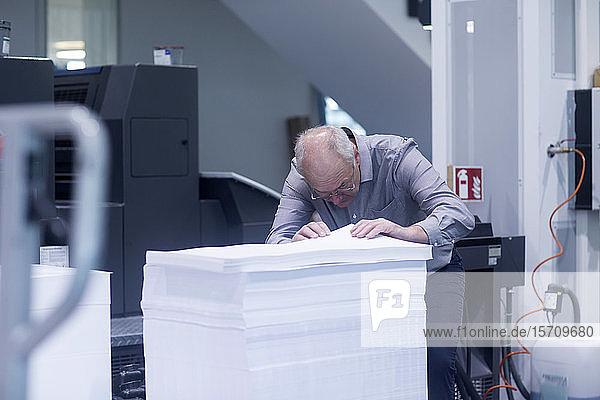 Manager in einer Druckerei