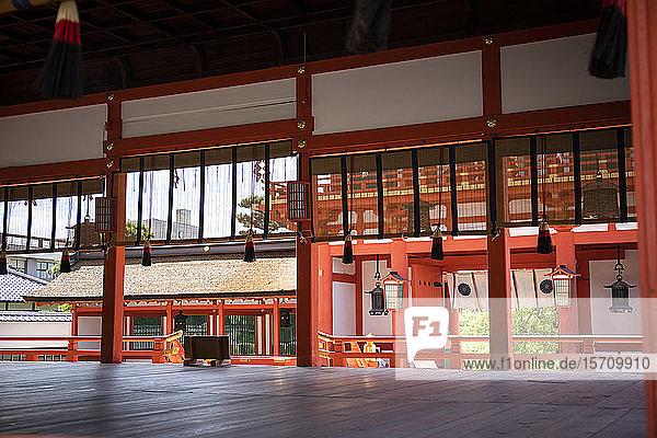 Japan  Präfektur Kyoto  Stadt Kyoto  Leeres Inneres des Fushimi Inari-taisha-Tempels