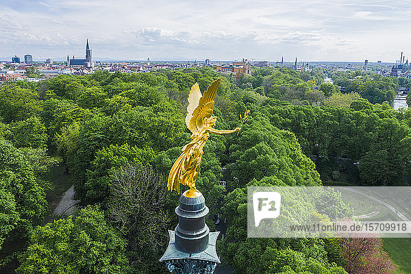 Deutschland  Bayern  München  Luftaufnahme des goldfarbenen Friedensengel-Denkmals