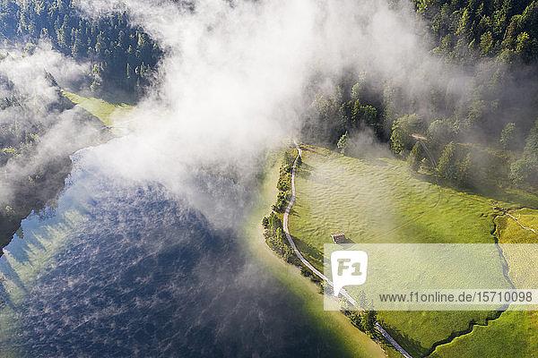 Deutschland  Bayern  Mittenwald  Luftaufnahme des Nebels über dem Ferchensee