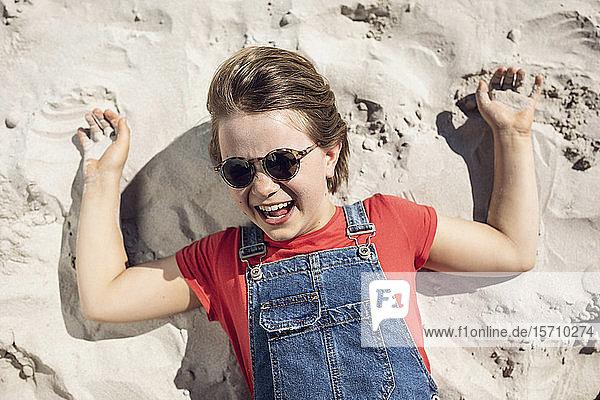 Porträt eines lachenden Mädchens am Strand liegend  Kapstadt  Westkap  Südafrika