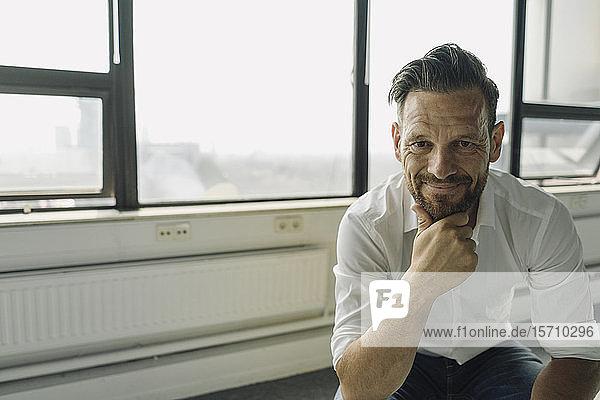 Porträt eines selbstbewussten reifen Geschäftsmannes in einem leeren Büro