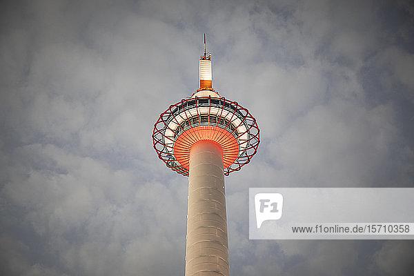 Japan  Präfektur Kyoto  Stadt Kyoto  Niedrigwinkelansicht des gegen die Wolken stehenden Kyoto-Turms