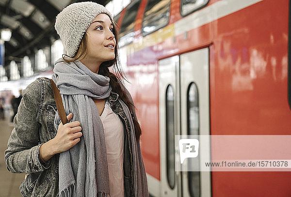 Junge Frau auf dem Bahnsteig  als der Zug einfährt  Berlin  Deutschland