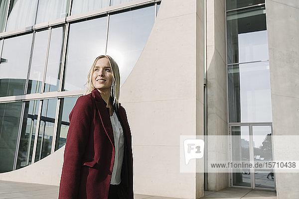 Porträt einer blonden Geschäftsfrau mit seitlichem Blick