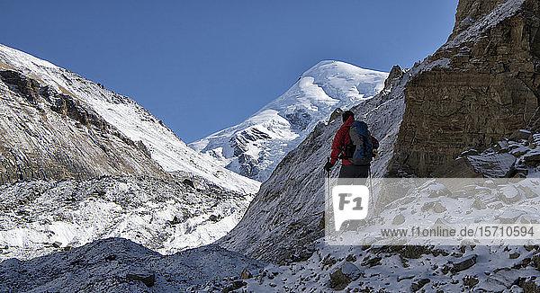Bergsteiger am Chonbarden-Gletscher  Dhaulagiri-Rundwanderung  Himalaya  Nepal