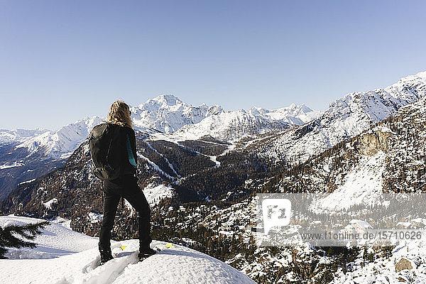 Frau mit Schneeschuhen auf Aussichtspunkt  Valmalenco  Italien