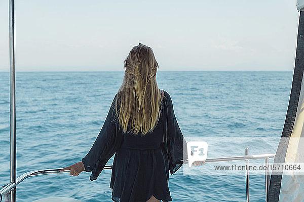 Rückansicht einer blonden Frau auf einer Yacht  Bali  Indonesien