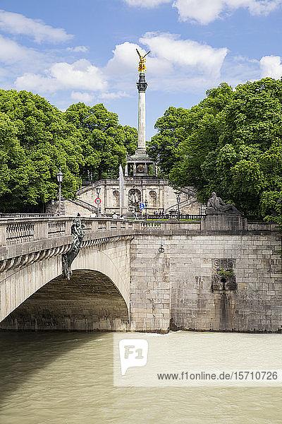 Prinzregentenbrücke und Friedensengel im Maximilianspark  München  Bayern  Deutschland