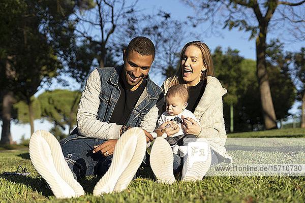 Glückliche Eltern verbringen einen Tag im Park