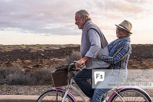 Glückliches aktives Seniorenpaar auf dem Fahrrad  Teneriffa