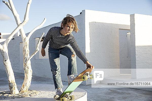 Mädchen skateboarden vor dem Weißen Haus
