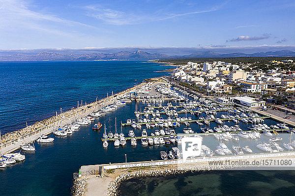 Spanien  Mallorca  Luftaufnahme der Boote  die im Kurhafen von Can Picafort vor Anker liegen