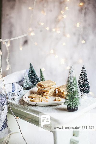 Weihnachtsdekoration und Fudge-Tablett