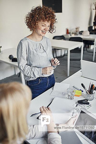 Lächelnde Geschäftsfrau leitet eine Sitzung im Amt