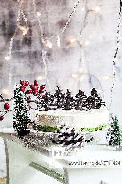 Mit Schokoladenbäumen dekorierter Weihnachtskäsekuchen