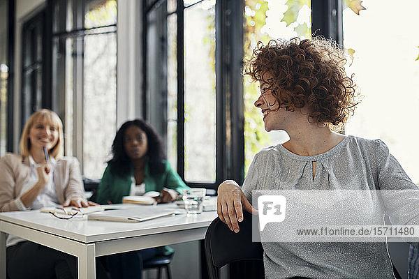 Glückliche Usinessfrauen bei einem Workshop im Konferenzraum