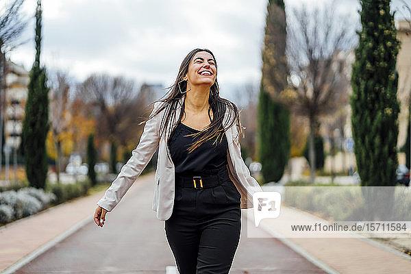 Lächelnde Geschäftsfrau geht und lacht