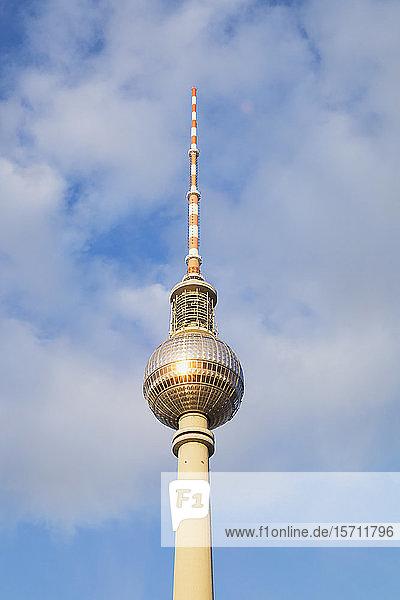 Deutschland  Berlin  Niedrigwinkelansicht des Berliner Fernsehturms gegen die Wolken stehend