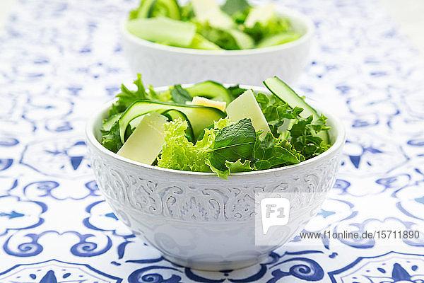 Erbsen- und Gurkensalat auf gemustertem Tisch