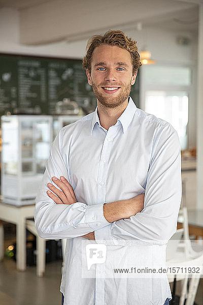 Junger Geschäftsmann in einem Cafe