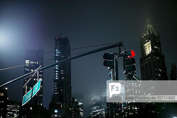 USA  New York  New York City  Bremsleuchte  die nachts an beleuchteten Wolkenkratzern hängt