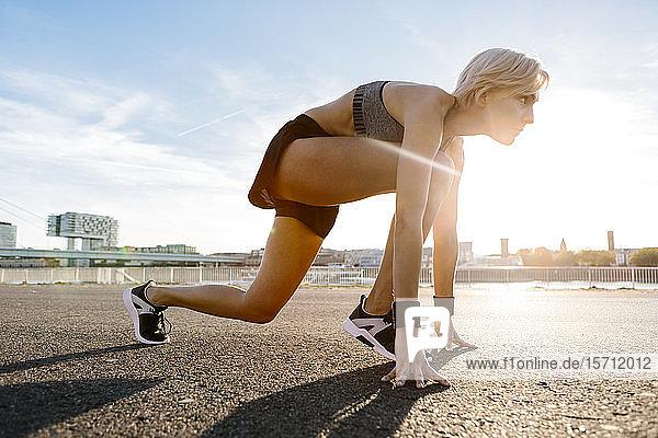 Blonde Frau joggt in Köln  Deutschland