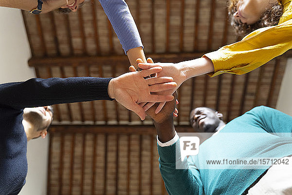 Nahaufnahme des Geschäftsteams beim Händestapeln