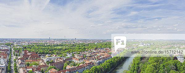 Deutschland  Bayern  München  Panorama der Isar und der Altstadt von München im Sommer