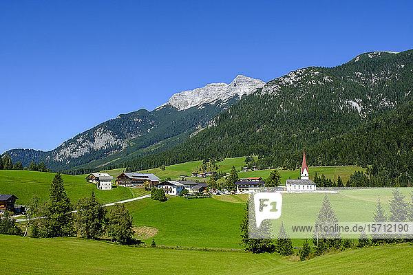 Österreich  Tirol  Steinberg am Rofan  Dorf auf dem Land mit Guffert im Hintergrund