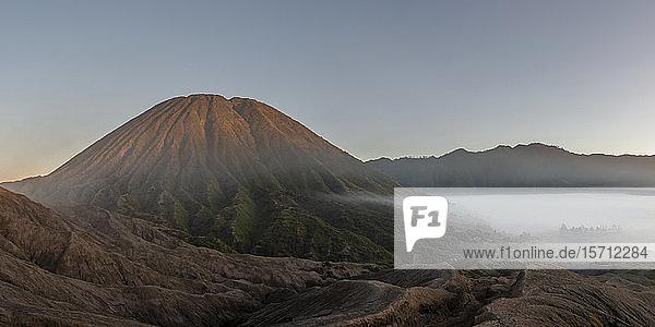Indonesien  Ost-Java  Luftpanorama des im Morgennebel gehüllten Mount Bromo