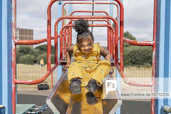 Porträt eines lächelnden Mädchens auf einem Spielplatz