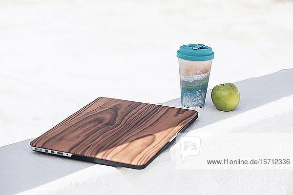 Laptop mit Holzdeckel  wiederverwendbarer Kaffeetasse und Zubehör