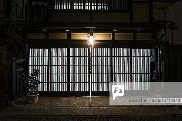 Japan  Takayama  Schiebetür eines traditionellen japanischen Hauses bei Nacht