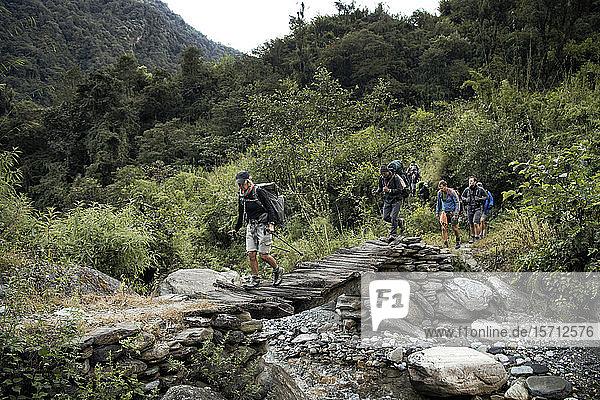 Trekkinggruppe überquert Fluss in der Myagdi-Khola-Schlucht  Dhaulagiri Circuit Trek  Himalaya  Nepal
