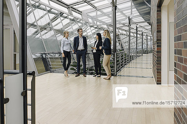 Geschäftsleute im Gespräch in einem modernen Bürogebäude