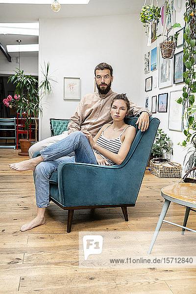 Junges Paar im Sessel sitzend  Porträt