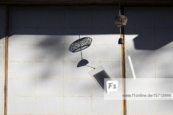 Japan  Takayama  Traditionelles Windspiel  das vor dem Haus im Hida-Volkendorf hängt