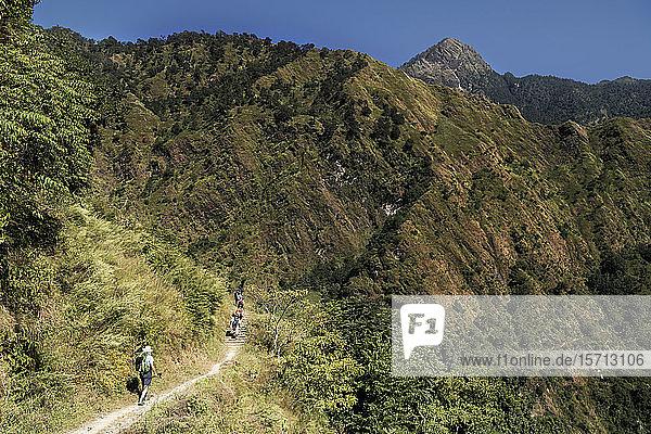 Trekkinggruppe in Dobang  Dhaulagiri Circuit Trek  Himalaya  Nepal