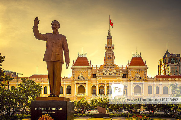 Town hall  Ho Chi Minh Statue  Ho Chi Minh City  Vietnam  Asia