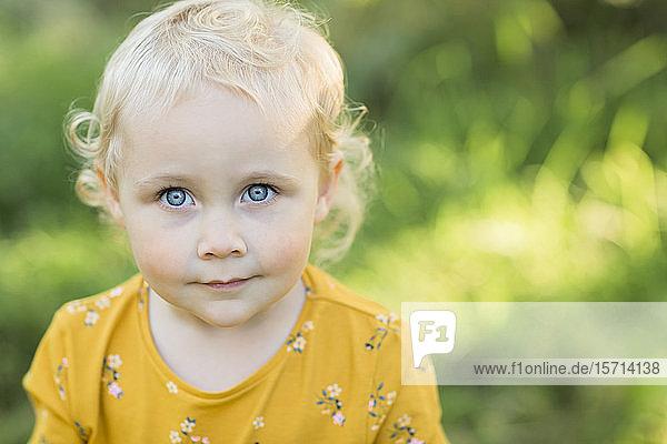 Bildnis eines blonden Kleinkindes mit blauen Augen