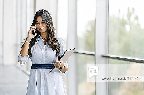 Lächelnde Geschäftsfrau beim Telefonieren