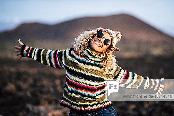 Porträt einer Frau in farbenfrohem Pullover  Teneriffa  Spanien