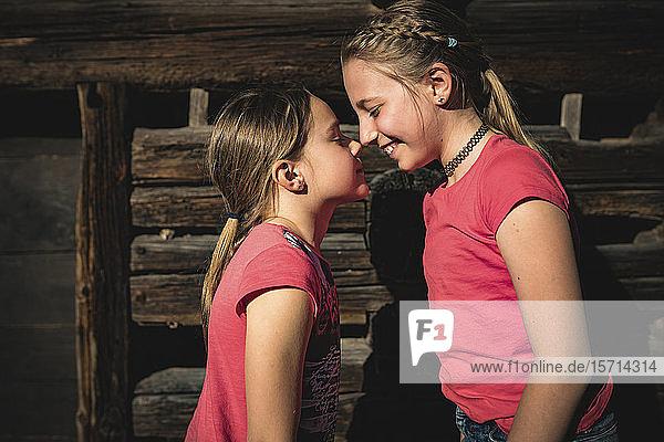 Schwestern beim Nasenreiben