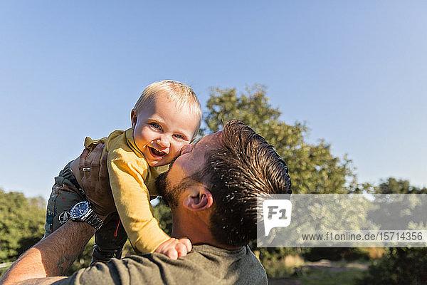 Vater küsst seinen kleinen Sohn