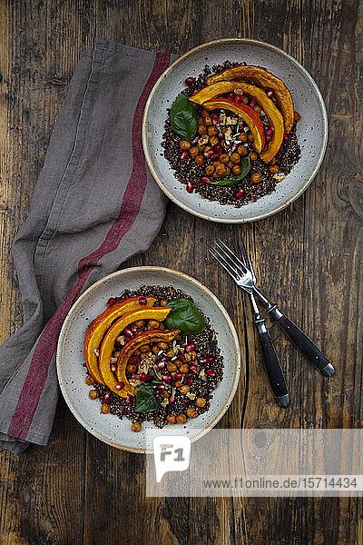 Schalen aus Quinoa mit gebackenem Kürbis  Kichererbsen  Granatapfel  Basilikum  Walnüssen und Kürbiskernen