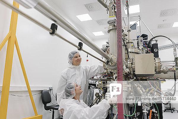 Labortechniker  die im Labor des Wissenschaftszentrums an einem Gerät arbeiten