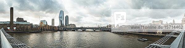 Großbritannien  England  London  Panorama der Themse und der umliegenden Stadtgebäude von der Millennium-Brücke aus gesehen