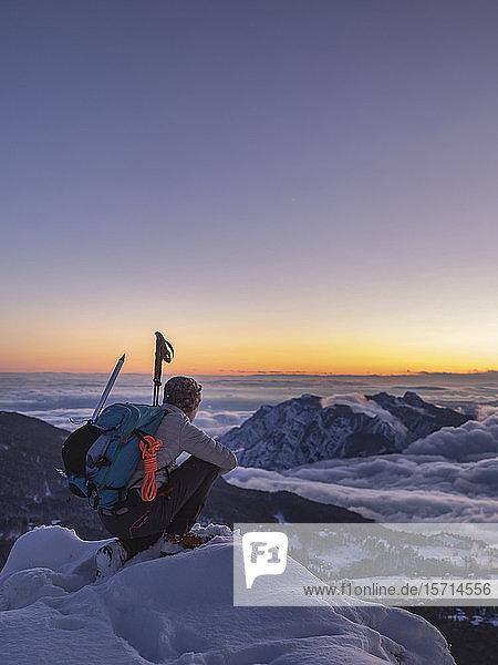 Bergsteiger auf dem Berggipfel in der Dämmerung  Orobie Alps  Lecco  Italien